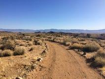 Δρόμος στην έρημο της Αριζόνα κάτω από το μπλε ουρανό Στοκ Φωτογραφίες