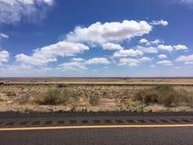 Δρόμος στην έρημο της Αριζόνα κάτω από το μπλε ουρανό Στοκ Εικόνα