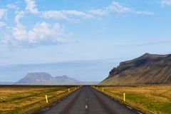 Δρόμος στην Ισλανδία με τη θέα βουνού Στοκ Φωτογραφία