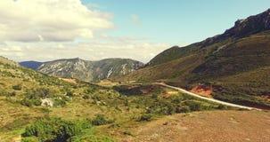 Δρόμος στην κοιλάδα μεταξύ των λόφων απόθεμα βίντεο