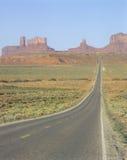 Δρόμος στην κοιλάδα μνημείων, σύνορα του Utah/της Αριζόνα Στοκ φωτογραφίες με δικαίωμα ελεύθερης χρήσης