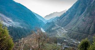 Δρόμος στην κοιλάδα Chopta στο βόρειο Sikkim, Ινδία στοκ εικόνα