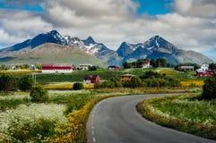 Δρόμος στην πόλη Leknes, Νορβηγία στοκ εικόνα