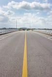 Δρόμος στη γέφυρα και πολύ clound στον ουρανό Στοκ φωτογραφίες με δικαίωμα ελεύθερης χρήσης