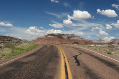 Δρόμος στη χρωματισμένη έρημο Στοκ φωτογραφία με δικαίωμα ελεύθερης χρήσης