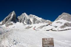 Δρόμος στον τρόπο σε Lijiang με το βουνό χιονιού στα υπόβαθρα με την κινεζική σημαία στοκ φωτογραφία με δικαίωμα ελεύθερης χρήσης
