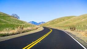 Δρόμος στους λόφους της περιοχής κόλπων του ανατολικού Σαν Φρανσίσκο στοκ εικόνα με δικαίωμα ελεύθερης χρήσης