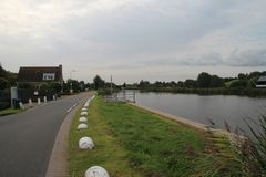 Δρόμος στο ανάχωμα κατά μήκος του ποταμού Rotte σε Oud Verlaat, Zuidplas στοκ φωτογραφία με δικαίωμα ελεύθερης χρήσης