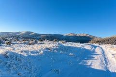 Δρόμος στο βουνό, χειμερινό τοπίο Στοκ εικόνα με δικαίωμα ελεύθερης χρήσης