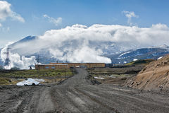 Δρόμος στο γεωθερμικό σταθμό παραγωγής ηλεκτρικού ρεύματος Mutnovskaya Kamchatka Στοκ Εικόνες