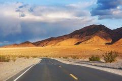 Δρόμος στο λιβάδι στοκ εικόνες