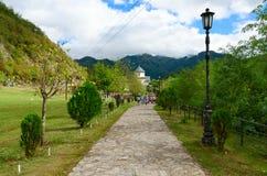 Δρόμος στο μοναστήρι Moraca, Μαυροβούνιο Στοκ εικόνα με δικαίωμα ελεύθερης χρήσης