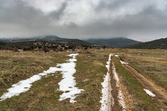 Δρόμος στο ομιχλώδες βουνό με το δραματικό γκρίζο ουρανό Ρωσία, Stary Krym Στοκ Φωτογραφίες