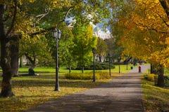 Δρόμος στο πάρκο πόλεων το φθινόπωρο Χρυσό φθινόπωρο Στοκ φωτογραφία με δικαίωμα ελεύθερης χρήσης