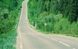 Δρόμος στο ρωσικό δάσος Στοκ φωτογραφίες με δικαίωμα ελεύθερης χρήσης
