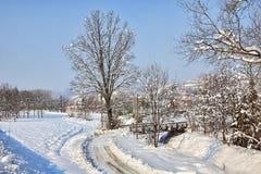 Δρόμος στο χιονώδες πεδίο. Piedmont, Ιταλία. Στοκ φωτογραφίες με δικαίωμα ελεύθερης χρήσης