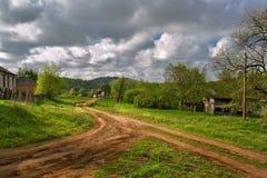 Δρόμος, σύννεφα, χωριό Ρωσική στέπα Στοκ Εικόνες