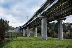Δρόμος τέσσερις-ταχύτητας μέσω του δάσους Στοκ Εικόνες