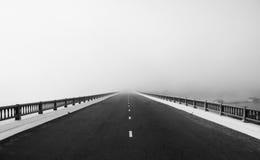Δρόμος, τρόπος όπως το βέλος, κατεύθυνση στο μέλλον στην ομίχλη Στοκ φωτογραφία με δικαίωμα ελεύθερης χρήσης