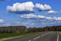 Δρόμος χωρίς αυτοκίνητα με τα σύννεφα Στοκ Φωτογραφία