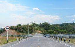 Δρόμος χωρίς το σημάδι κυκλοφορίας εισόδων στοκ φωτογραφία με δικαίωμα ελεύθερης χρήσης