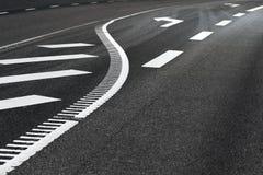 Δρόμος Asphjalt με το σημάδι βελών Στοκ φωτογραφία με δικαίωμα ελεύθερης χρήσης
