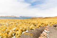 Δρόμος Cusco- Puno, λίμνη Titicaca, Περού, Νότια Αμερική. Ιερή κοιλάδα του Incas. Θεαματική φύση των χιονωδών βουνών Στοκ Εικόνες