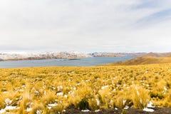 Δρόμος Cusco- Puno, λίμνη Titicaca, Περού, Νότια Αμερική. Ιερή κοιλάδα Incas. Θεαματική φύση των χιονωδών βουνών και του μπλε s Στοκ Εικόνα