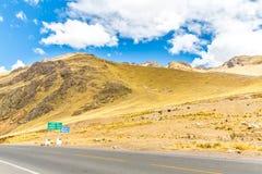 Δρόμος Cusco- Puno, Περού, Νότια Αμερική. Ιερή κοιλάδα του Incas. Θεαματική φύση των βουνών και του μπλε ουρανού Στοκ Εικόνα