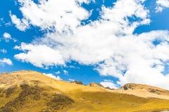 Δρόμος Cusco- Puno, Περού, Νότια Αμερική. Ιερή κοιλάδα του Incas. Θεαματική φύση των βουνών και του ουρανού Στοκ Εικόνες
