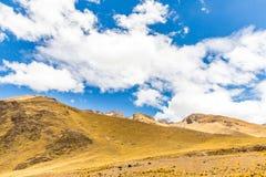 Δρόμος Cusco- Puno, Περού, Νότια Αμερική. Ιερή κοιλάδα του Incas. Θεαματική φύση των βουνών Στοκ φωτογραφία με δικαίωμα ελεύθερης χρήσης