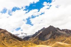 Δρόμος Cusco- Puno, Περού, Νότια Αμερική. Ιερή κοιλάδα Incas. Θεαματική φύση των βουνών και του μπλε ουρανού Στοκ Φωτογραφίες