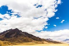 Δρόμος Cusco- Puno, Περού, Νότια Αμερική.  Κοιλάδα του Incas. Θεαματική φύση των βουνών και του μπλε ουρανού Στοκ φωτογραφία με δικαίωμα ελεύθερης χρήσης