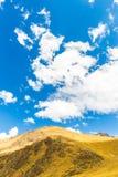 Δρόμος Cusco- Puno, Περού, Νότια Αμερική.  Κοιλάδα του Incas. Θεαματική φύση των βουνών και του μπλε ουρανού Στοκ φωτογραφίες με δικαίωμα ελεύθερης χρήσης