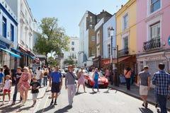 Δρόμος Portobello με τους ανθρώπους σε μια ηλιόλουστη ημέρα στο Λονδίνο στοκ εικόνες
