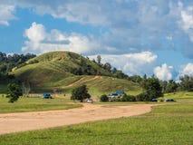 Δρόμος Soid προς τον πράσινους λόφο και το μπλε ουρανό Στοκ εικόνα με δικαίωμα ελεύθερης χρήσης