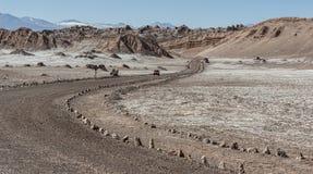 Δρόμος Valle de Λα Luna Moon στην κοιλάδα στην έρημο Atacama κοντά σε SAN Pedro de Atacama, Antofagasta - Χιλή Στοκ Φωτογραφία