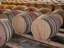 Δρύινα βαρέλια κρασιού με τους κόκκινους λεκέδες στοκ εικόνες με δικαίωμα ελεύθερης χρήσης