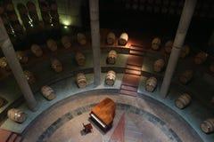 Δρύινα βαρέλια και πιάνο στην αποθήκη εμπορευμάτων αμπελώνων στοκ φωτογραφίες με δικαίωμα ελεύθερης χρήσης