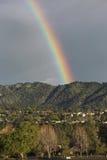 Δρύινη άποψη, Καλιφόρνια, ΗΠΑ, την 1η Μαρτίου 2015, πλήρες ουράνιο τόξο πέρα από τη θύελλα βροχής πέρα από την κοιλάδα Ojai βουνώ Στοκ Φωτογραφία