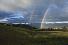 Δρύινη άποψη, Καλιφόρνια, ΗΠΑ, την 1η Μαρτίου 2015, πλήρες ουράνιο τόξο πέρα από τη θύελλα βροχής στην κοιλάδα Ojai Στοκ εικόνες με δικαίωμα ελεύθερης χρήσης
