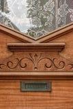 Δρύινη βικτοριανή μπροστινή πόρτα ύφους με την αυλάκωση δαντελλών και επιστολών Στοκ Εικόνες