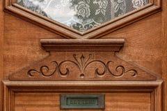 Δρύινη βικτοριανή μπροστινή πόρτα ύφους με την αυλάκωση ταχυδρομείου στοκ εικόνα με δικαίωμα ελεύθερης χρήσης