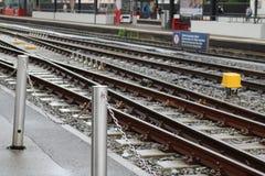 Δυαδικοί σιδηρόδρομοι σε έναν σταθμό τρένου Στοκ Εικόνες