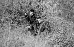 Δυνάμεις στρατού Κάλυψη Μόδα στρατιωτικών στολών Φιλία των κυνηγών ατόμων Δεξιότητες κυνηγιού και εξοπλισμός όπλων Πώς στοκ εικόνα με δικαίωμα ελεύθερης χρήσης