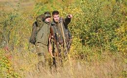 Δυνάμεις στρατού Κάλυψη Μόδα στρατιωτικών στολών Φιλία των κυνηγών ατόμων Δεξιότητες κυνηγιού και εξοπλισμός όπλων Πώς στοκ εικόνα