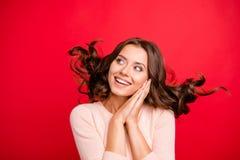 Δυναμική εικόνα Κλείστε το πορτρέτο του προσώπου με το hairdo κυμάτων ανατρέχει στοκ εικόνα με δικαίωμα ελεύθερης χρήσης