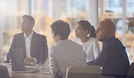 Δυναμική ομάδα διαφορετικών multiethinic επιχειρηματιών στο σύγχρονο γραφείο Στοκ Εικόνα