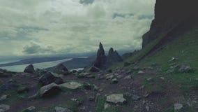 Δυναμικός ουρανός πέρα από την κοιλάδα στο παλαιό βουνό ατόμων storr στη Σκωτία, UK απόθεμα βίντεο
