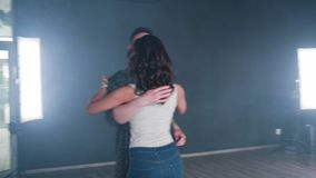 Δυναμικός gymbal πυροβολισμός ενός ζεύγους που χορεύει σε ένα επαγγελματικό στούντιο φιλμ μικρού μήκους